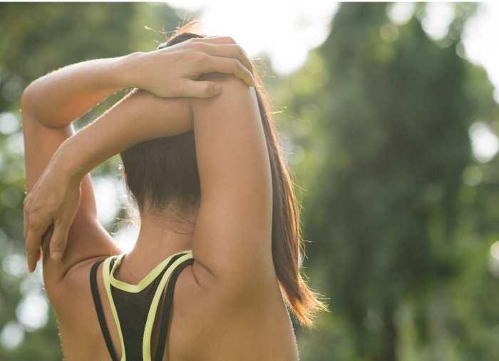 El estiramiento de hombros es otro de los ejercicios que mejora tu flexibilidad, mientras liberas la tensión muscular.
