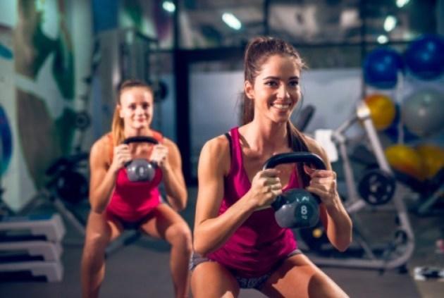 Los ejercicios con pesas rusas son ideales para fortalecer la parte inferior del cuerpo, es decir, piernas y glúteos.