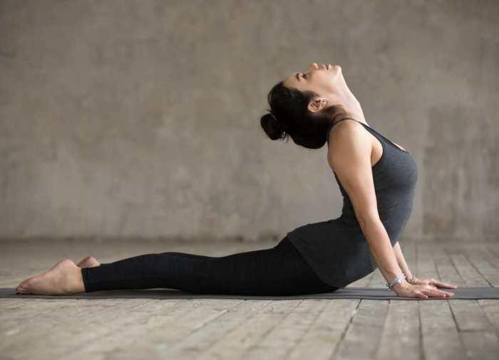 Fortalece la columna, mejora tu capacidad pulmonar y aumenta tu flexibilidad realizando la cobra, un ejercicio de yoga muy eficaz.