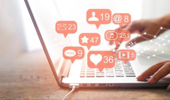 El marketing digital es el conjunto de estrategias aplicadas a través de internet, redes sociales, correo electrónico y sitios web para conectarte con clientes potenciales.