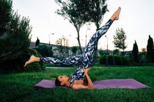 El ejercicio de tijeras no puede faltar en tu rutina de pilates en casa.