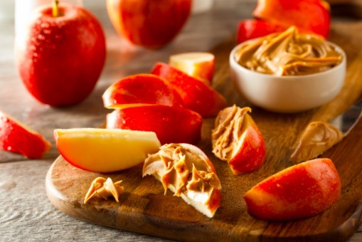 Corta una manzana en rodajas y añade una cucharada de mantequilla de maní para crear uno de los bocadillos saludables más ricos.