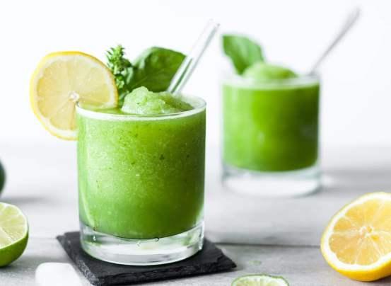 Una receta para niños muy nutritiva es este smoothie de limonada con albahaca, pues tiene los beneficios de un jugo verde, pero en una presentación rica y divertida.