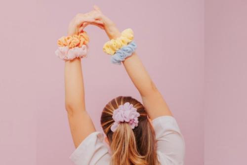 Scrunchies, el accesorio de moda que todas deben tener