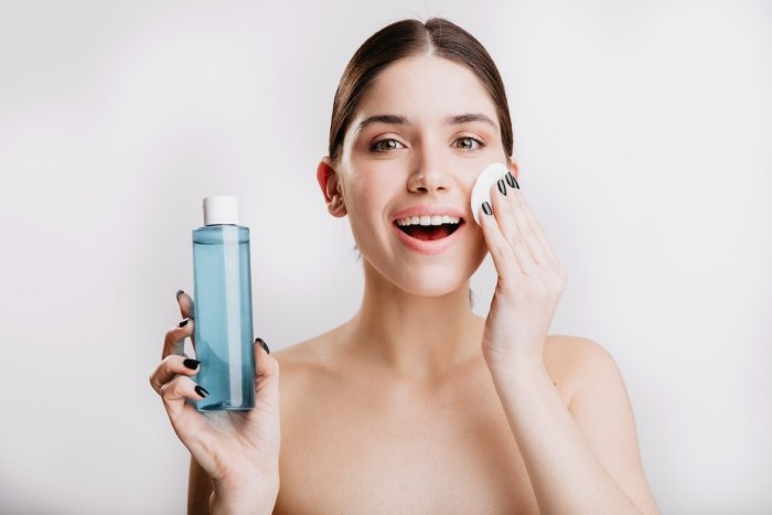El agua micelar se ha convertido en uno de los productos de belleza más populares entre las mujeres.