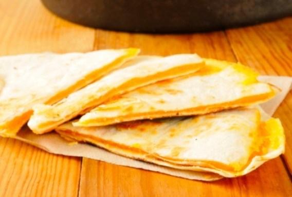 No existe platillo más fácil que unas quesadillas hechas en microondas.
