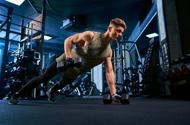 Logra una espalda perfecta y fuerte con este ejercicio con pesas.