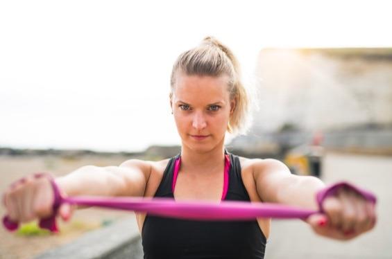 Aunque este ejercicio para tonificar brazos parece sencillo, te dará excelentes resultados.
