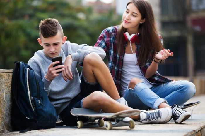 Phubbing implica no hacer caso a los que están a un lado de nosotros por estar viendo el celular.