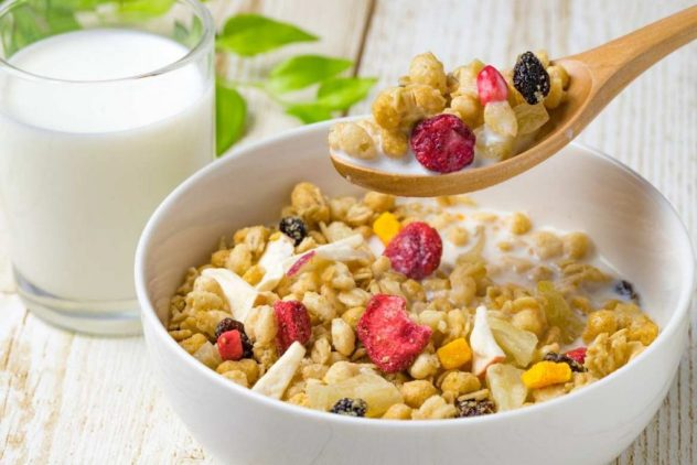 La alimentación para el ejercicio en la mañana debe incluir un desayuno completo una o dos horas antes de entrenar.