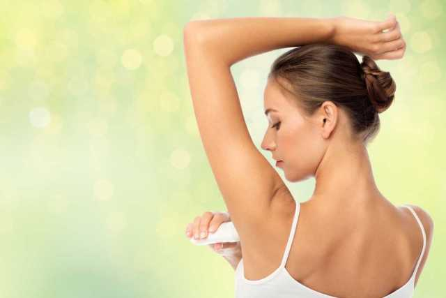 Si usas antitranspirante y desodorante, pero aún así al sudar desprendes un olor desagradable, debes cambiar de antitranspirante y desodorante.