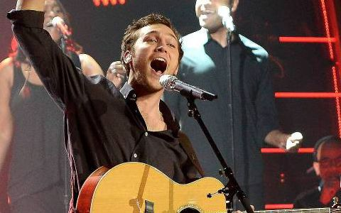 "Phillip Phillips performs ""Raging Fire"""