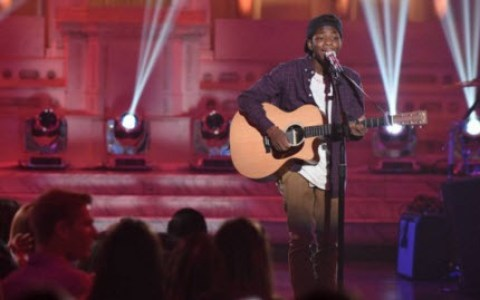 Lee Jean performs on American Idol 2016 (FOX)