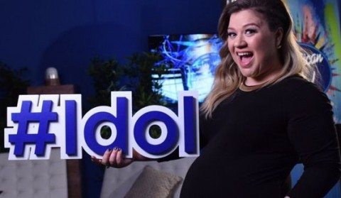 Kelly Clarkson performs on American Idol 2016