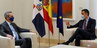 El presidente del Gobierno, Pedro Sánchez (d), durante la reunión mantenida con el presidente de la República Dominicana, Luis Abinader (i), este lunes en el Palacio de la Moncloa. EFE/Zipi