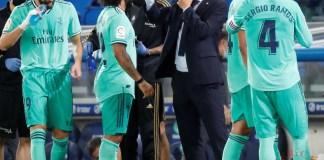 El entrenador del Real Madrid, Zinedine Zidane (2-d), conversa con Marcelo (2-i) durante un partido