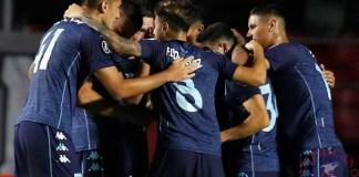 Jugadores del Racing de Argentina celebran un gol que su compañero Joaquín Ariel Novillo le anotó al Sao Paulo de Brasil