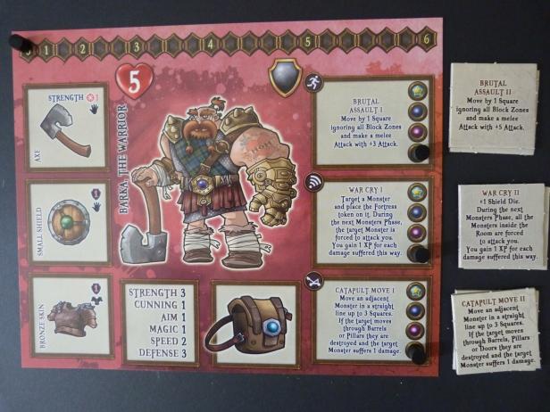 """Een Hero. Links staat de equipment. Hartjeswaarde zijn de levenspunten. In het midden artwork en daar onder de statistieken die je invult wanneer je """"Ster"""" resultaten rolt. Rechts staan je special abilities (level 1) voorgedrukt, level 2 en 3 daarnaast."""