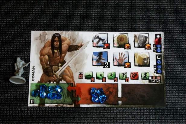 De overzichtskaart van Conan aan het begin van het spel. Links onder de gem voorraad, in het midden de 'exhausted' voorraad. Rechts plek voor wonden. De kleine icoontjes zijn Conan's skills en daarboven zijn aanvalsmogelijkheden.