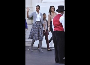 US First Lady Michelle Obama (L), daught