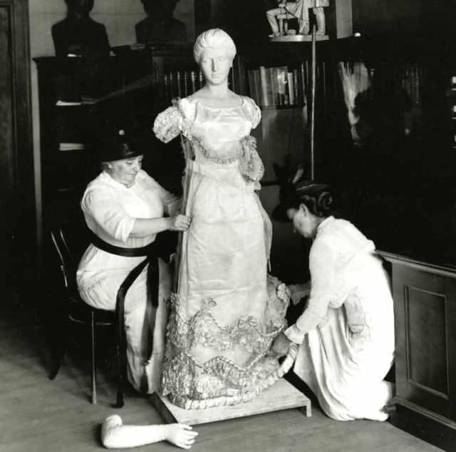 Мотыги и Джулиан-Джеймс одевают манекен в платье от Луизы Кэтрин Адамс