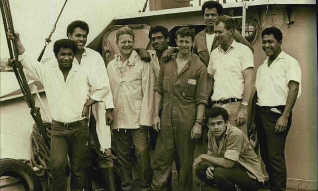 Мистер Питер Уорнер, третий слева, со своей командой в 1969 году, включая выживших из Аты