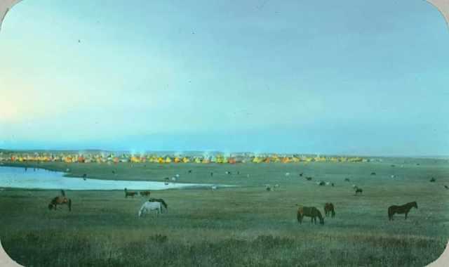 Лагерь племени черноногих индейцев и пасущиеся лошади. Монтана, 1900-е, Вальтер МакКлинток