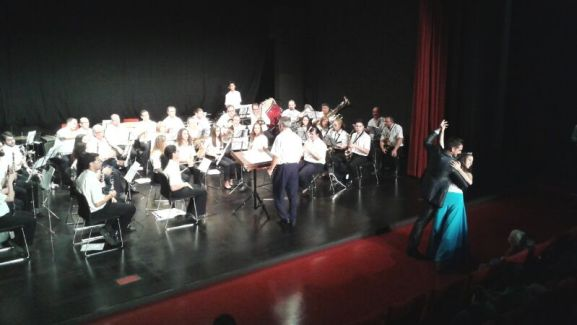 Momento durante el Concierto interpretando el vals de la Bella Durmiente y una pareja de bailando.