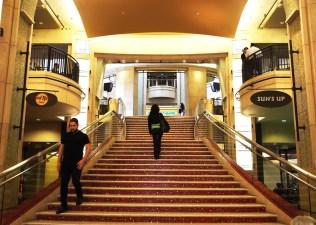 Plázaszerű belső - körben üzletek, a lépcső tetején pedig a színház belső bejárata