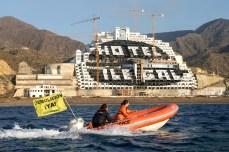 2014 05 12. ACCIÓN: 100 activistas de Greenpeace pintan un punto negro de 8.000 m2 en el hotel ilegal de El Algarrobico para exigir su desmantelamiento inmediato Es la sexta accio?n de Greenpeace en el hotel. La organizacio?n exige a la Junta de Andaluci?a y al Ministerio que devuelvan este paraje natural a los ciudadanos© GREENPEACE HANDOUT/PEDRO ARMESTRE NO SALES NO ARCHIVES EDITORIAL USE ONLY FREE USE ONLY FOR 14 DAYS AFTER RELEASE PHOTO PROVIDED BY GREENPEACE AP PROVIDES ACCESS TO THIS PUBLICLY DISTRIBUTED HANDOUT PHOTO TO BE USED ONLY TO ILLUSTRATE NEWS REPORTING OR COMMENTARY ON THE FACTS OR EVENTS DEPICTED IN THIS IMAGE