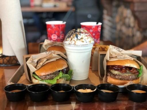 hambúrguer com refrigerante e milkshake