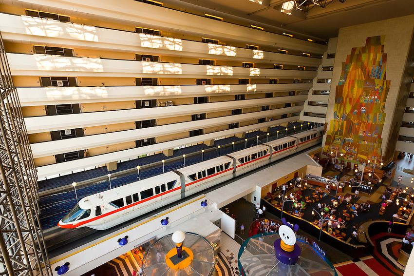 A imagem mostra o monorail passando dentro do Disney's Contemporary resort