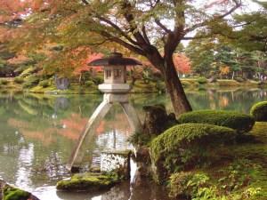 linterna en jardín japonés