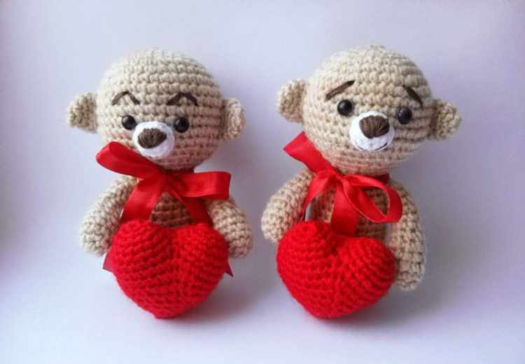 Amigurumi teddy bear with heart crochet pattern