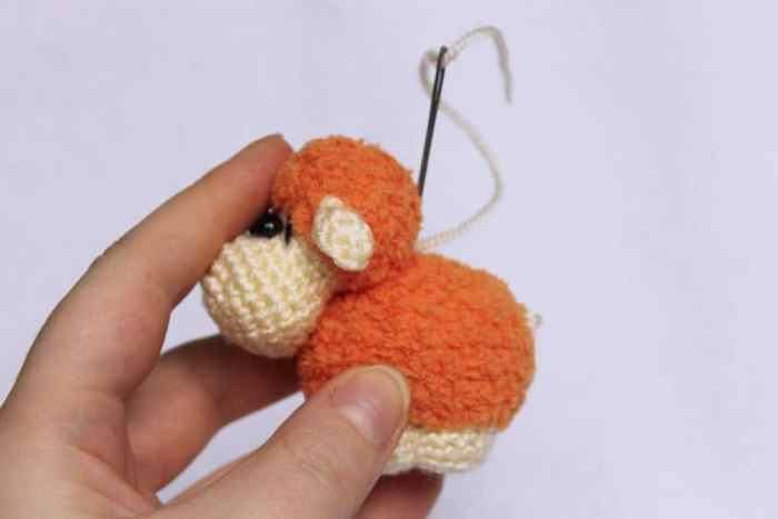 Sheep keychain - free crochet pattern - assembly