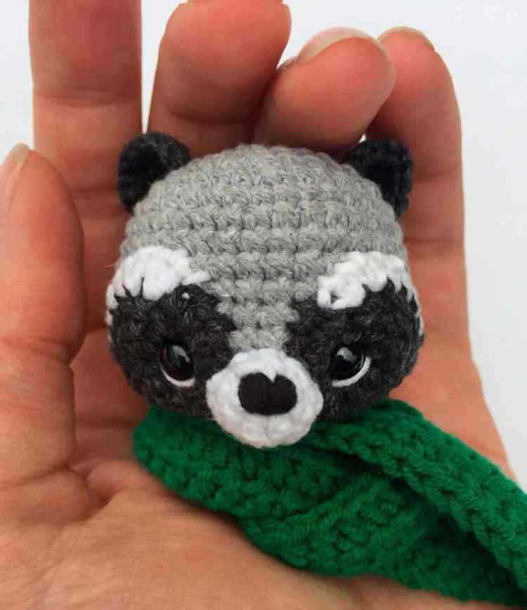 Crochet raccoon with scarf - free amigurumi pattern - head
