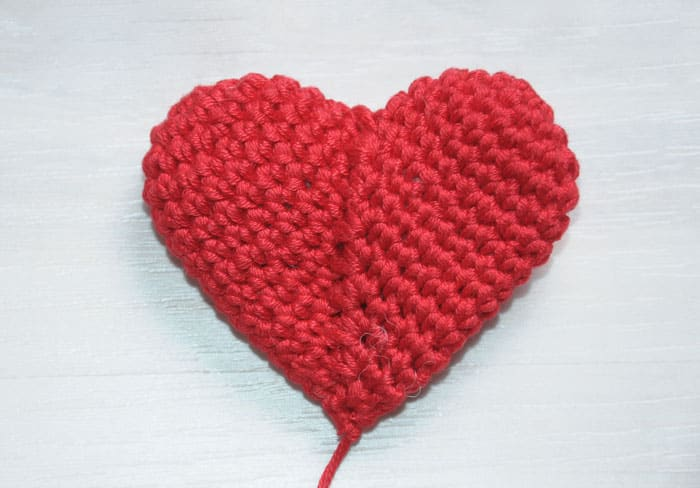 Teddy bear holding a heart - free crochet pattern