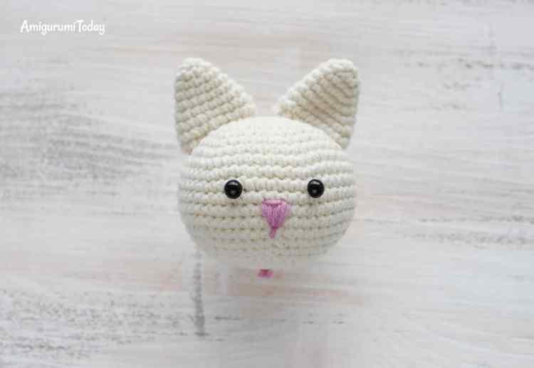 Amigurumi kitty in lilac dress - crochet pattern - head