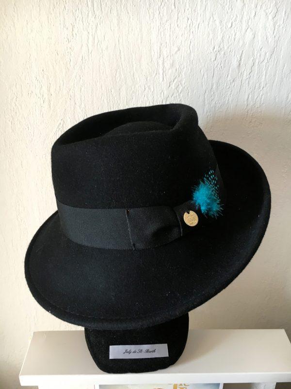 Chapeau feutre noir plumes vertes