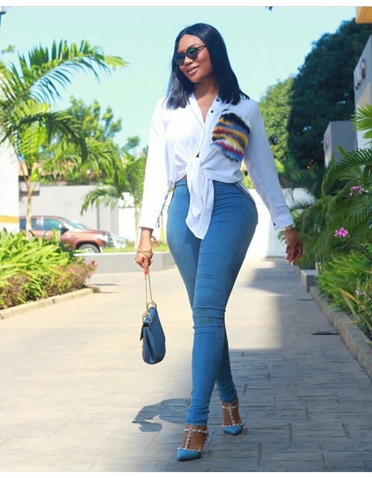We Are Loving These Classic White On Jeans Style