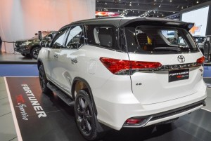 2016-toyota-fortuner-trd-sportivo-thailand-rear-side
