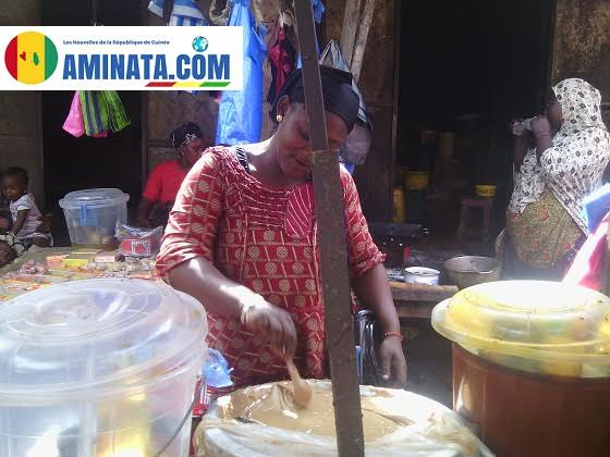 Une vendeuse au marché de Koloma