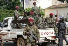 Des militaires guinéens devant le Palais présidentiel Sékhoutoureyah