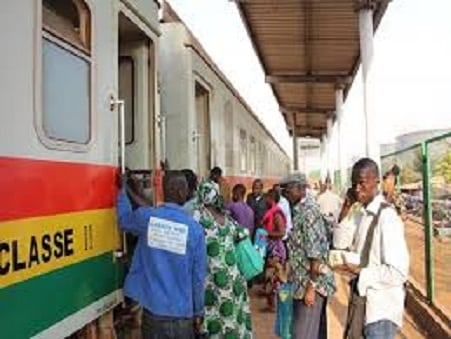 Des passagers en train de s'embarquer dans le train Conakry-express