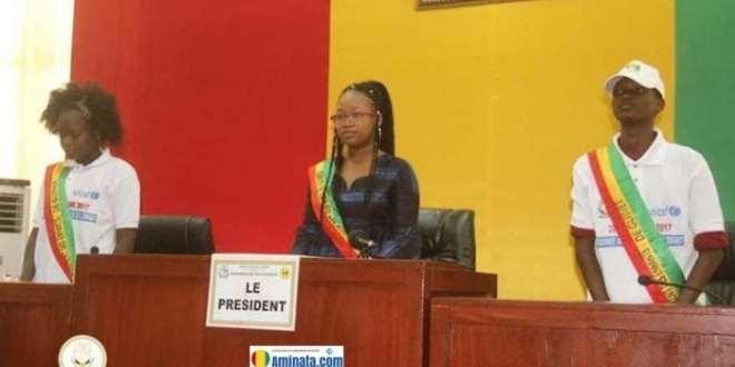 Aissata Fofana, présidente du parlement des enfants avec ses adjoints à l'Assemblée nationale