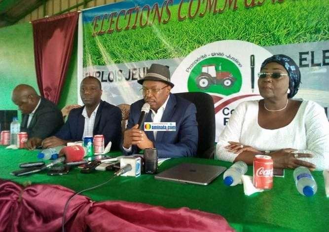 Dr. Ousmane Kaba, entouré des candidats de son parti, le PADES