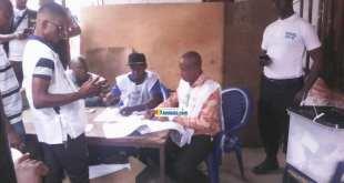 Des membres d'un bureau de vote à Koloma dans la commune de Ratoma