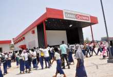 Des Lycéens devant la salle de Cinema à la Bluezone de Kaloum