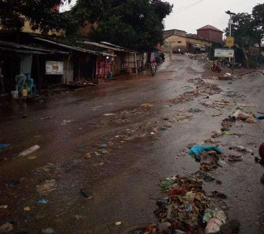 Des immondices dans une rue d'un quartier de Labé