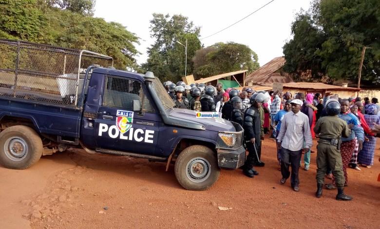 La police disperse des enseignants manifestants lors d'un sit-in devant la préfecture